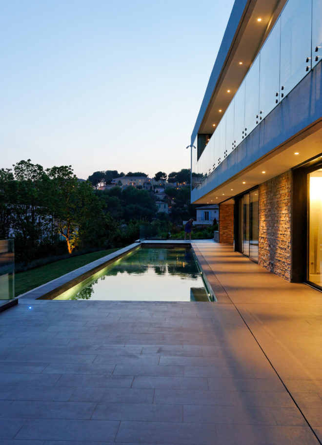 villa et piscine cachee par la végétation