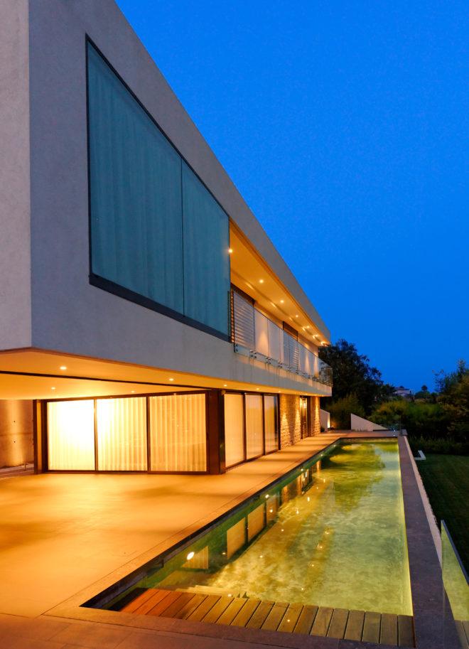 villa nuit entouree par foret