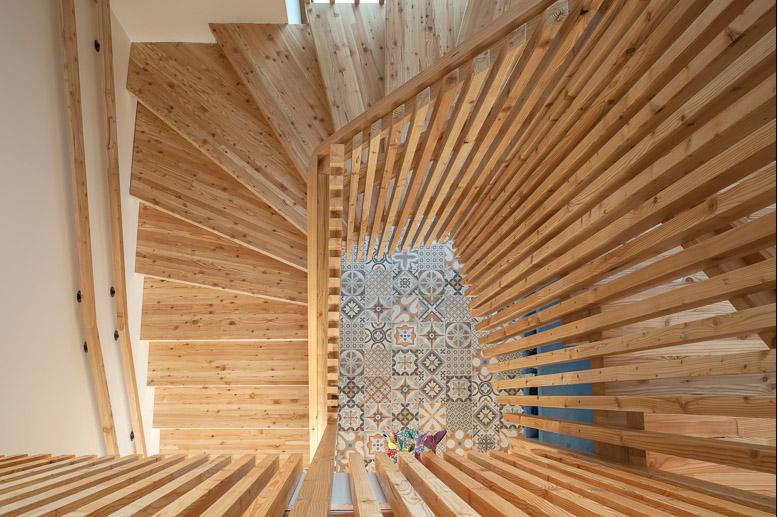 escalier en bois, intérieur creche Elise et Celestin, mosaique