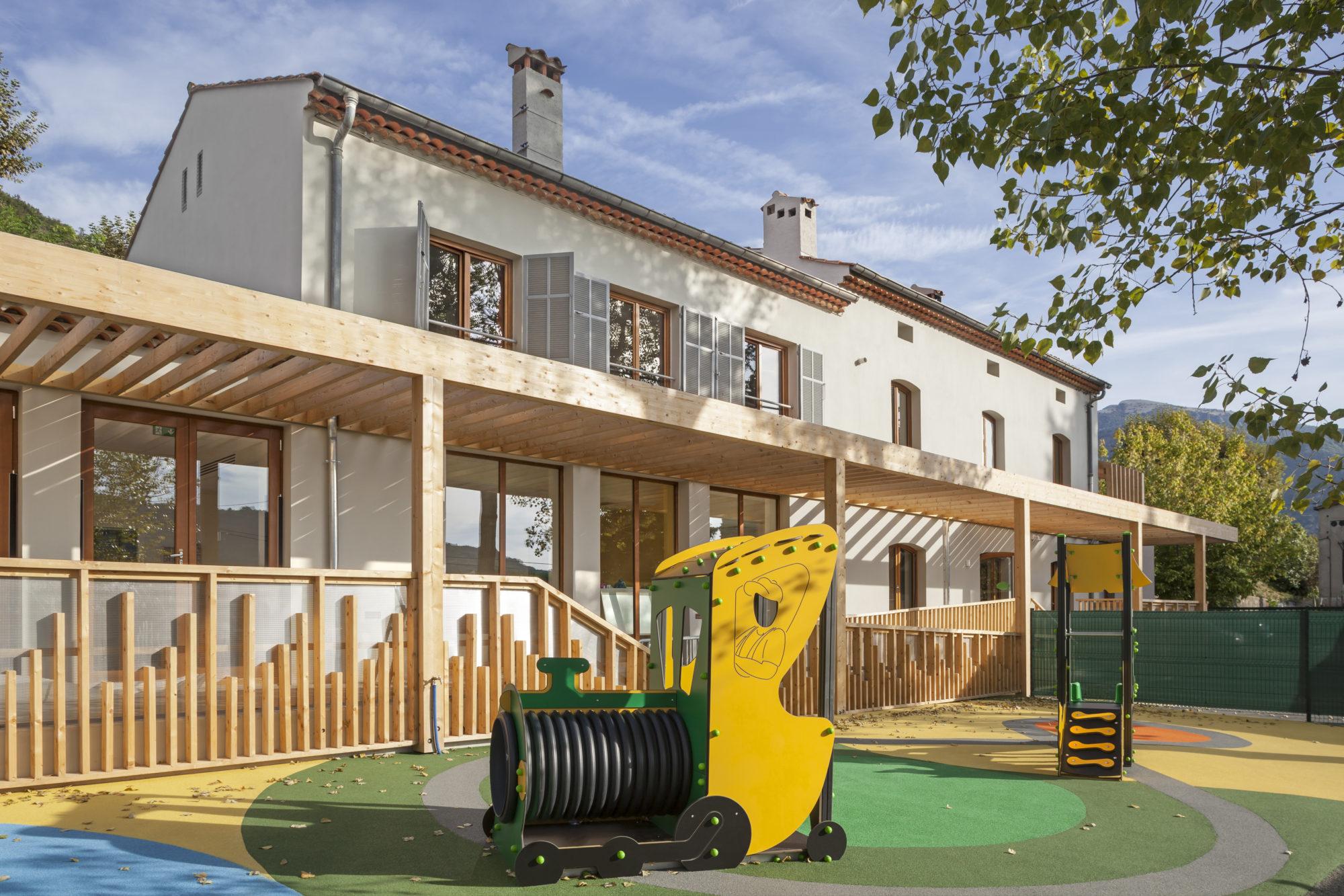 restructuration d'une ancienne gare SNCF à Bar-Sur-Loup en creche de 30 berceaux